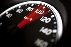 Gefahrenes Tempo = 100 km/h: Der Bremsweg liegt zwischen 50 und 100 Metern.