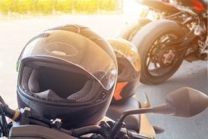 Das Verhüllungsverbot aus §23 Abs. 4 (StVO) gilt nicht für Motorradhelme.