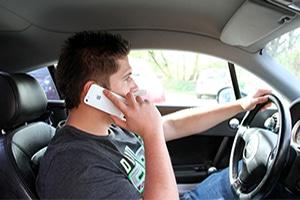Der §23 der StVO verbietet das Handy während der Fahrt am Steuer