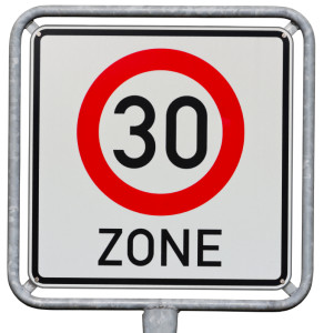Dieses 30er Zone-Schild signalisiert, dass die Zone beginnt. Ein graues Verkehrszeichen zeigt das Ende der Tempo-30-Zone.