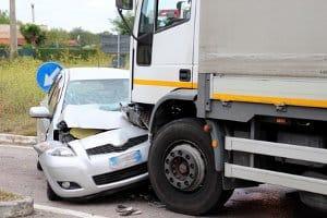 Ein toter Winkel beim LKW kann größer sein als beim PKW, da z. B. der Rückspiegel oft fehlt.