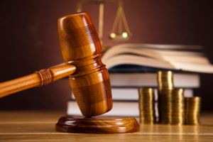 4 Mal fahren ohne Fahrerlaubnis: Ein Gericht entscheidet, wie hoch die Strafe ausfällt.