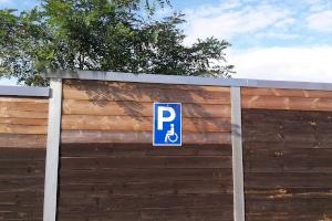 Menschen mit Behindertenparkausweis erhalten gemäß § 46 Abs. 1 Nr. 11 Parkerleichterungen, in dem sie bestimmte Vorschriften ignorieren dürfen, falls keine Parkmöglichkeit in der Nähe frei ist.