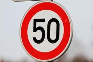 Die 50er-Zone: Das Schild markiert den Beginn der Geschwindigkeitsbegrenzung.