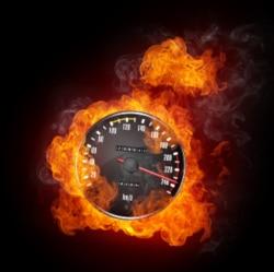80 km/h zu schnell: Auch eine Straftat kann durch den Bleifuß erfüllt sein.