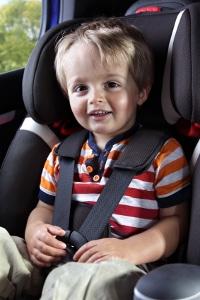 Ab wann darf ein Kind vorne sitzen? Mit einer Sitzerhöhung bereits etwas früher.