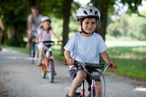 Ab wann darf man auf der Straße mit dem Fahrrad fahren? Ab acht Jahren können Kinder sich dafür entscheiden.