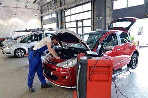 Manipulierte Werte beim Abgas: Vom Skandal bei VW betroffene Fahrzeuge müssen in die Werkstatt.