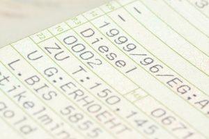 Die Abgasnorm über die Schlüsselnummer ermitteln: Im Fahrzeugschein finden Sie die nötigen Infos.