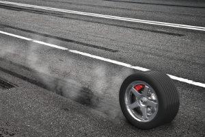 Abgefahrene Reifen können eine Gefahr sein und eine Strafe einbringen.