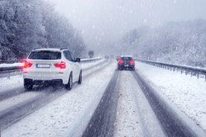 Der Ablauf eines Fahrsicherheitstrainings beinhaltet simulierte oder echte Wetterbedingungen.