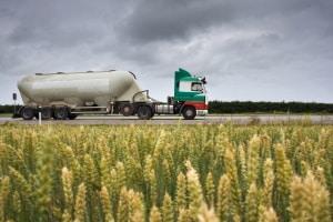 Abmessungen beim LKW: Sattelzüge mit Auflieger dürfen maximal 16,50 Meter lang sein.