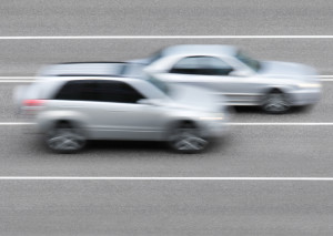 Die Abstandsmessung auf der Autobahn findet oft von einer Brücke aus statt