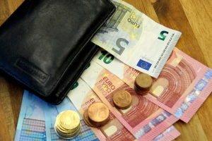 Bei einer Abstandsunterschreitung von weniger als 4/10 des Tachos werden meist 100 Euro und ein Punkt fällig