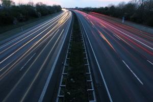 Ein Abstandswarner auf der Autobahn kann Unfällen mit hohem Tempo vorbeugen.