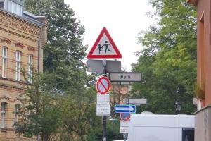 Achtung, spielende Kinder! Ein entsprechendes Verkehrsschild wird oft in der Nähe von Schulen und Kitas aufgestellt.