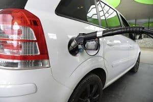 Adblue tanken: Bei Pkw an der Tankstelle ist der Tank nicht immer neben dem Dieseltank. Manchmal ist der Adblue-Tank nur über den Kofferraum erreichbar.