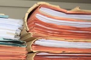 Die Akteneinsicht erfolgt unter Aufsicht eines Sachbearbeiters, außerdem dürfen Sie in bestimmten Fällen von der Akte Abschriften oder Ablichtungen vornehmen
