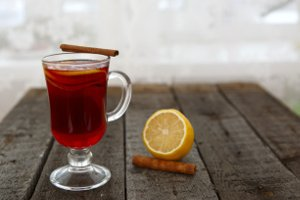 Alkohol am Steuer ist auch in der Glühweinzeit ein wichtiges Thema. Die Wirkung des heißen Getränks wird oft unterschätzt.