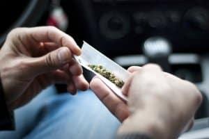 Alkohol oder Drogen am Steuer gefährden die Verkehrssicherheit