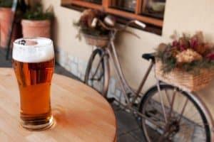 Alkohol beim Fahrradfahren ist nicht grundsätzlich untersagt. Aber auch hier gibt es Grenzen.