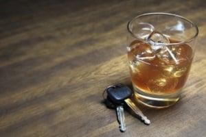 Unter Einfluss von Alkohol dürfen Fahrer unter 21 Jahren nicht Auto fahren.