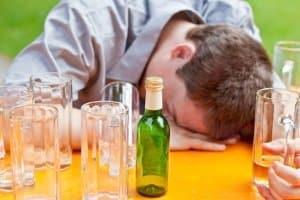 Denken Sie an die Alkoholgrenze, bevor Sie sich betrunken ins Auto und hinters Steuer setzen!