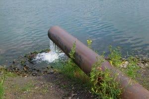 Wer Altöl illegal entsorgen möchte, sorgt für eine Wasserverschmutzung