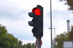 Das Überfahren einer roten Ampel kann ein bis zwei Punkte aus dem Punktekatalog nach sich ziehen.