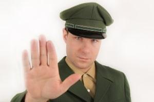 Sanktionen wegen Amtsanmaßung: Als verkleideter Polizist den Verkehr regeln, steht unter Strafe.