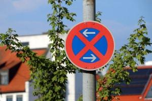 Ein Halteverbotsschild zeigt - wie auch sonst - an, dass Sie nicht an der Bushaltestelle halten dürfen.