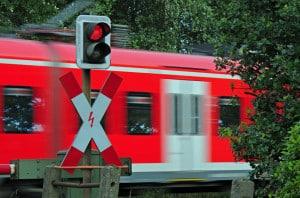 Lichtzeichenanlage und Andreaskreuz an einem Bahnübergang