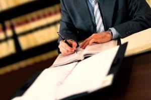 Ein Anwalt kann bei einem Antrag auf Wiedereinsetzung behilflich sein.