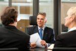 Ein Anwalt für Verkehrsrecht im Gespräch mit Mandanten