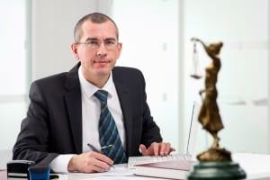 Lassen Sie sich beraten: Ein Anwalt kennt das Notwegerecht, Urteile und die gesetzlichen Regelungen.