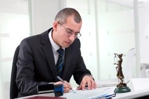 Ein Anwalt ist eine große Hilfe, um Schmerzensgeld bei einer Augenverletzung durchzusetzen.