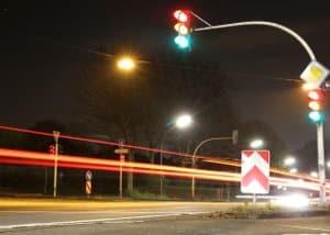 Droht eine Anzeige, wenn Sie rechts überholen an einer durch Lichzeichenanlagen gelenkten Kreuzung?