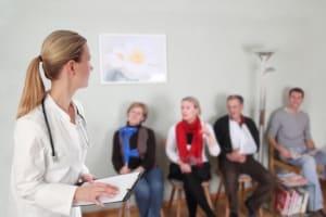 Besuch beim Arzt: Gilt eine Maskenpflicht in Wartezimmern und Behandlungsräumen?