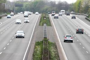 Im Rahmen vom Auffrischungskurs bei einer Fahrschule kann auch das Fahren auf der Autobahn geübt werden.