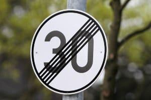 Ein solches Schild kennzeichnet die  Aufhebung einer Geschwindigkeitsbegrenzung.