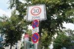 Zur Aufstellung der Verkehrszeichen gibt es Richtlinien.