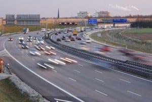 Die in der StVO für außerorts festgelegte Geschwindigkeitsbegrenzung gilt nicht auf der Autobahn.