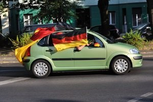 Fußballfans in Deutschland nutzen ihr Auto gerne als WM-Accessoire.
