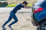 Es gibt einige Dinge, die Sie beachten sollten, wenn Sie ein Auto anschieben möchten.