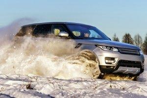 Wer im Winter mit dem Auto nach Bulgarien reist, sollte die Winterreifenpflicht beachten.