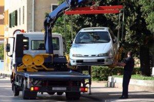 Wird ein Auto wegen Falschparken abgeschleppt, kommen noch zusätzliche Kosten hinzu.
