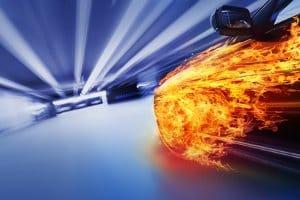 Mit dem Auto bei hoher Geschwindigkeit unterwegs? Das Unfallrisiko steigt durch die Geschwindigkeitsüberschreitung.