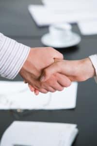 Auto kaufen, das gebraucht ist: Sie können sich an einen Händler oder einen Privatverkäufer wenden.