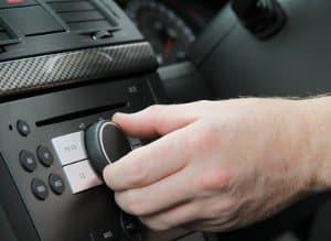 Vorsicht im Auto - ob über Kopfhörer oder die Boxen: Die Musik darf nicht zu laut sein.