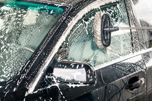 Auto lackieren: Bevor der Lack kommt, müssen Sie das Auto gründlich reinigen.